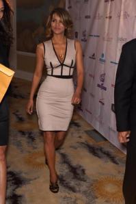 halle-berry-sait-comment-utiliser-ses-atouts-taille-marquee-beau-decollete-et-jambes-de-gazelles-sont-mis-en-valeur-par-une-robe-parfaitement-choisie_27276_w460